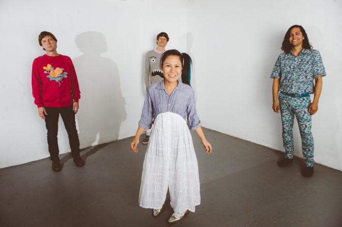 Japonka w białej spódnicy i trzech mężczyzn