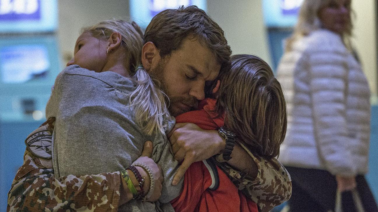 kadr z filmu Wojna,, mężczyzna ok 30/40 lat przytula dwójkę dzieci