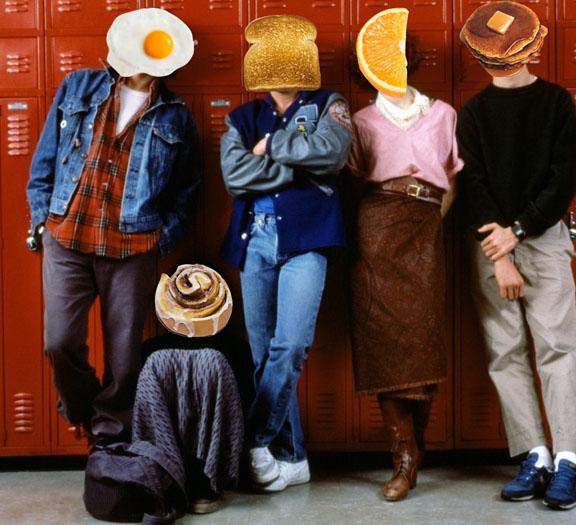Kadr z filmu Klub WInowajców, głowni bohaterowie stoją na tle szafek szkolnych, jednak zamiast głów mają jedzenie