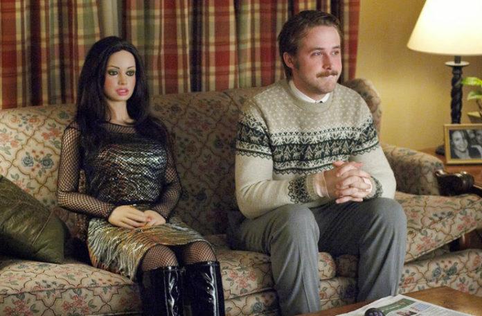 Mężczyzna w swetrze siedzi na kanapie obok kobiety z plastiku