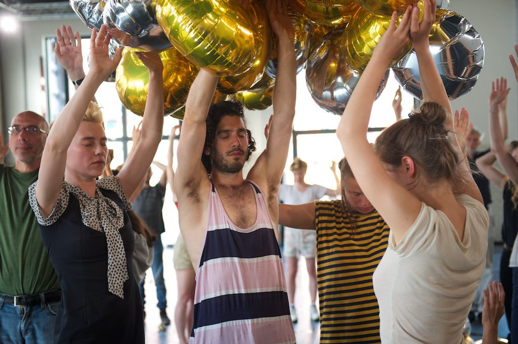 ludzie z balonami