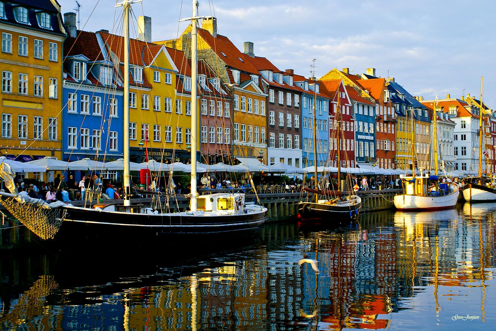 Kolorowe budynki i łódki w Nyhavn w Kopenhadze