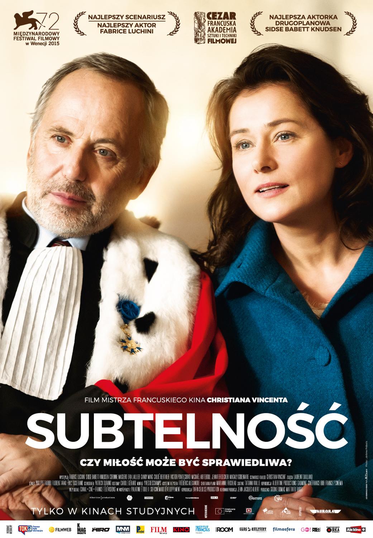 Mężczyzna w todze sędziowskiej i kobieta w niebieskim płaszczu