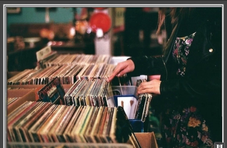 Dziewczyna w sklepie muzycznym przegląda winyle