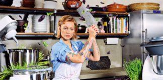 Kobieta w tatuażach z tasakiem