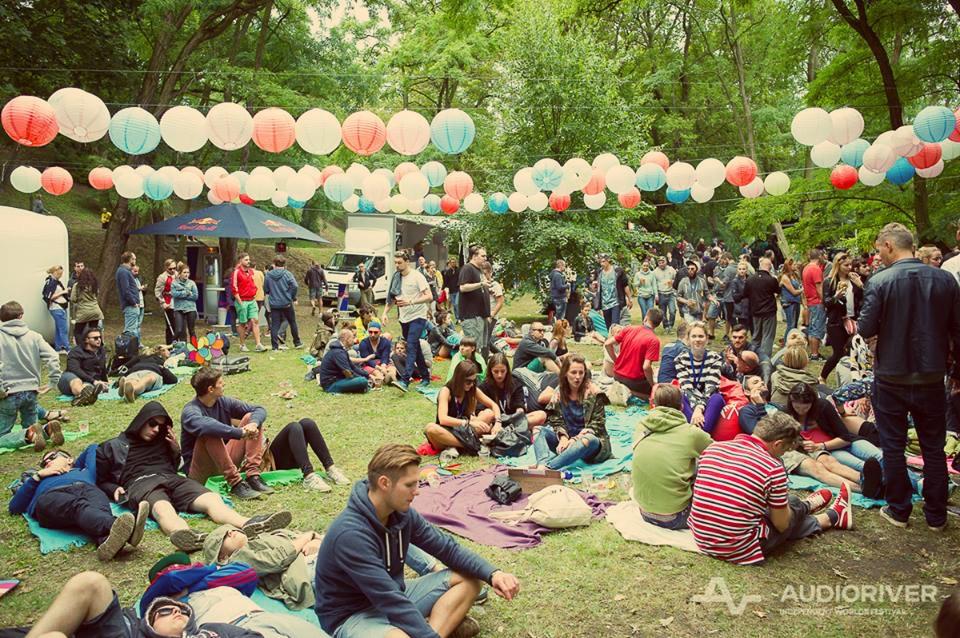ludzie siedzący na trawie