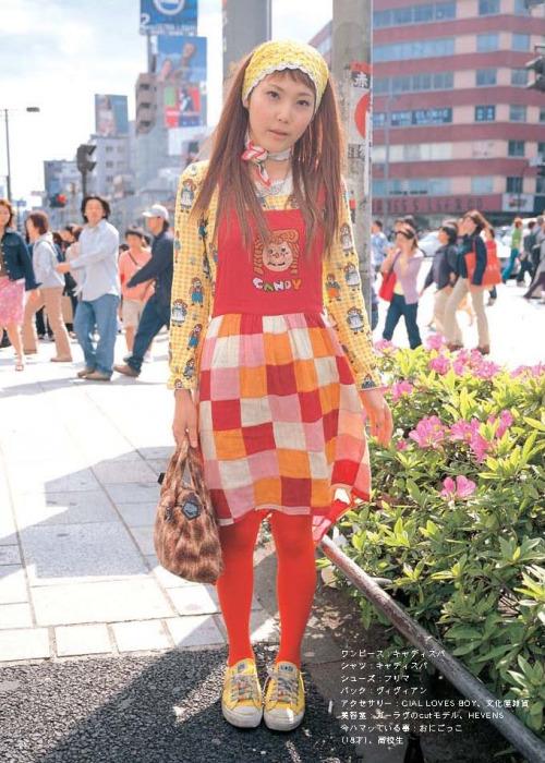 Dziewczyna w czerwono-żółtej sukience w kratę