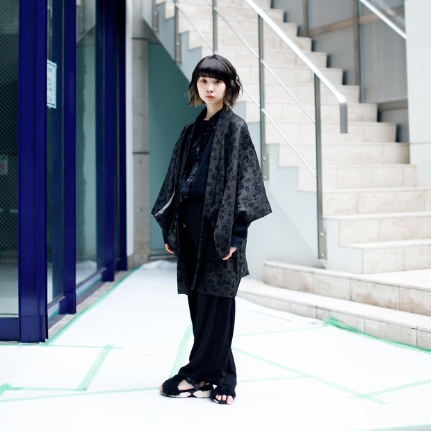 Kobieta w czarnym stroju przypominającym kimono
