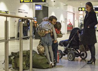 ojciec przytulający dzieci