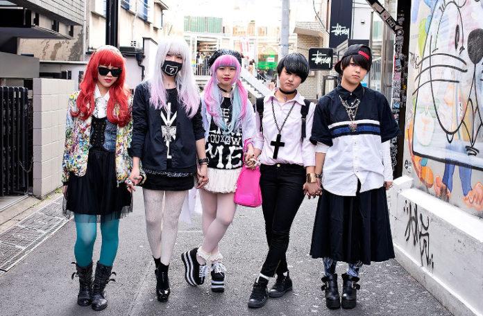 Grupa japońskich nastolatków ubrana na czarno i różowo