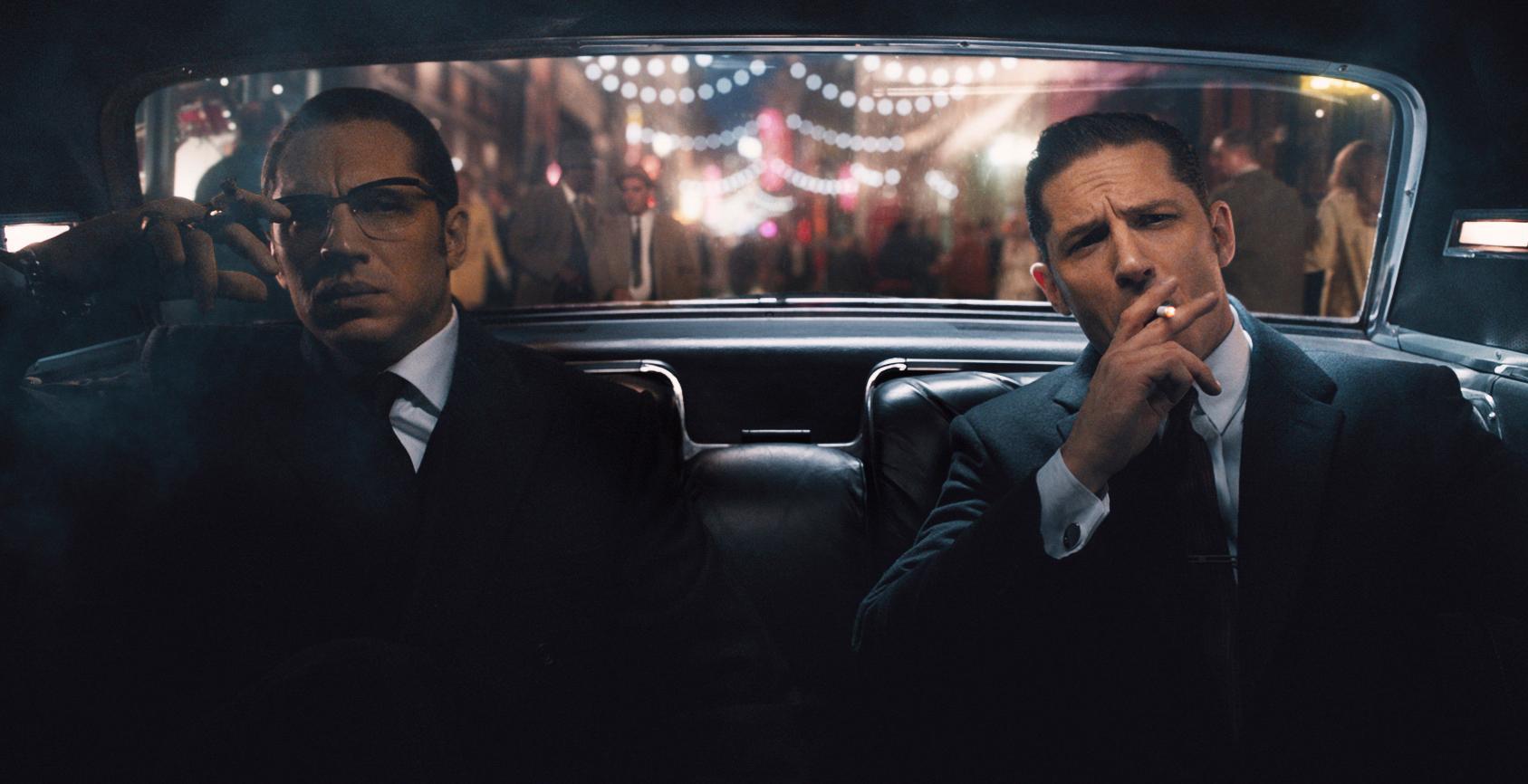 Dwóch brunetów w garniturach w samochodzie