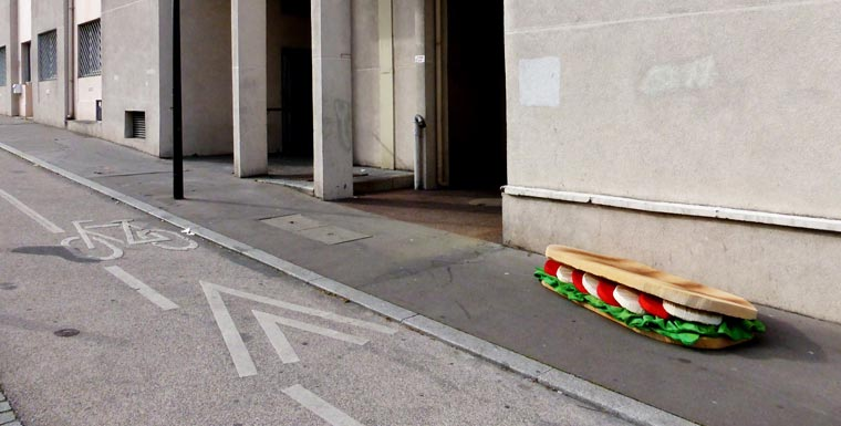 kanapka z materaca na ulicy