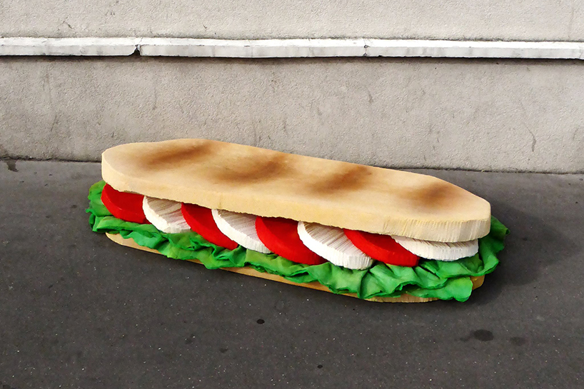 wielka kanapka z materaca
