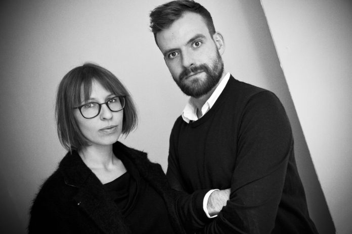 Mężczyzna z brodą i kobieta w okularach z krótkimi włosami
