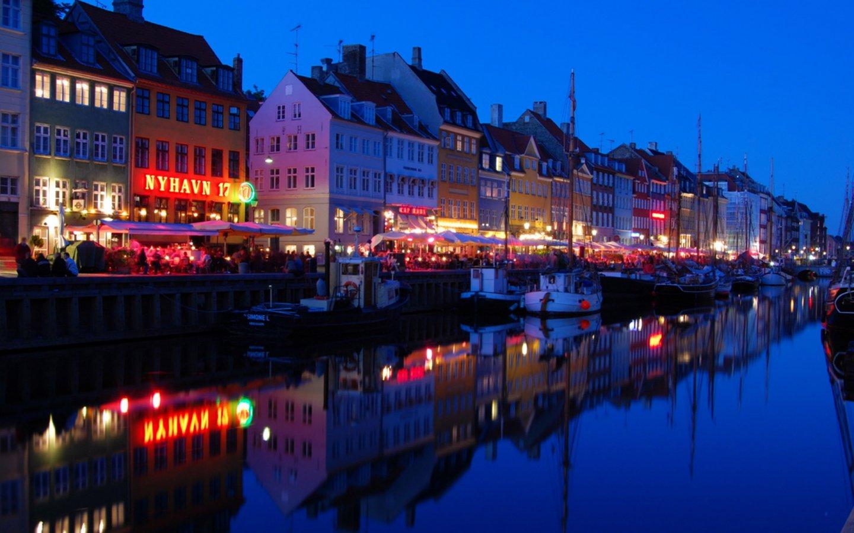 Budynki w Nyhavn w Kopenhadze nocą