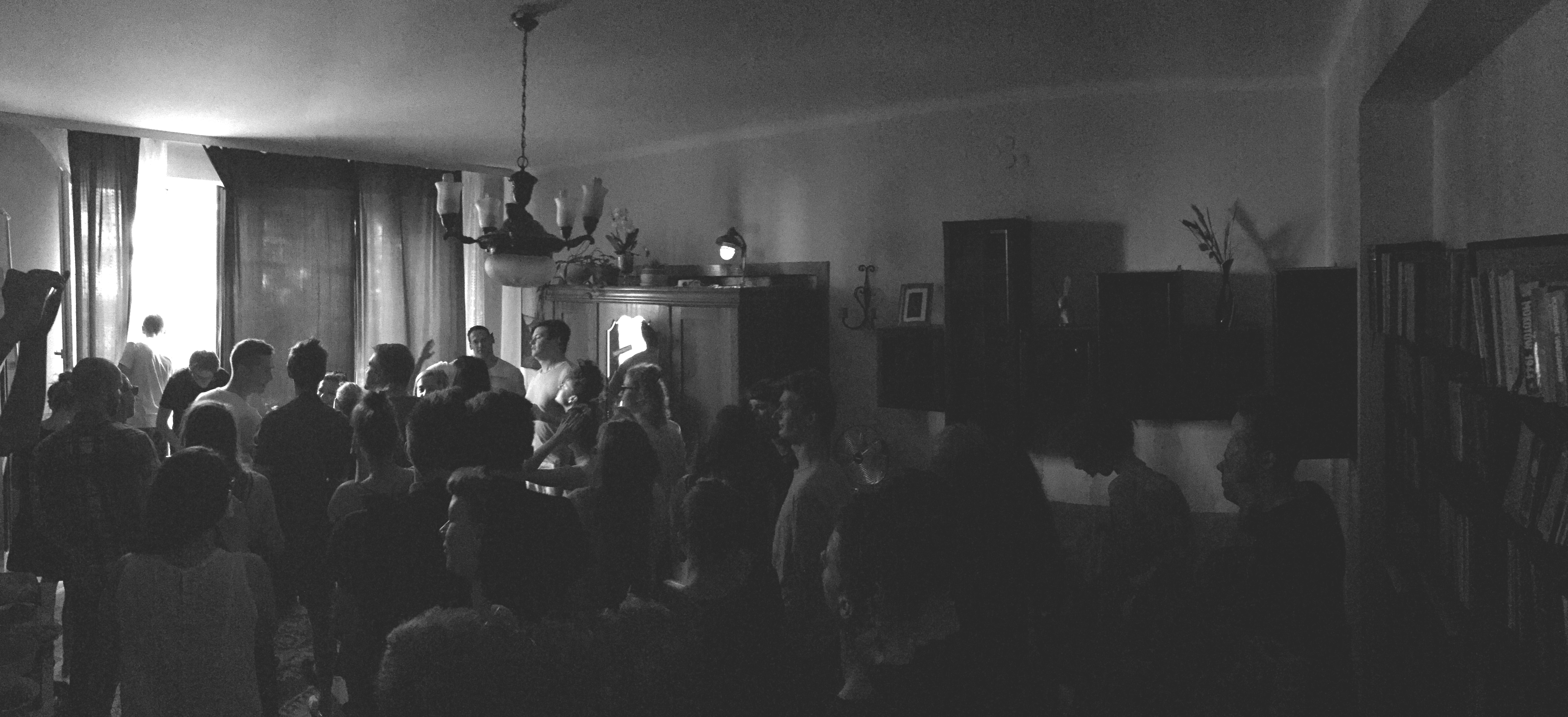 technoranek w oldschoolowym mieszkaniu, grupa ludzi tańcząca do techno