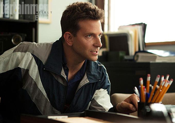 Mężczyzna siedzący przy biurku w bluzie od dresów