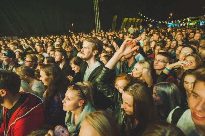 Tłum ludzi na festiwalu Up To Date