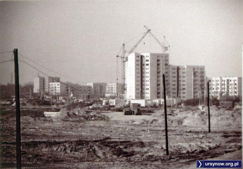 Czarno-białe zdjęcie bloku