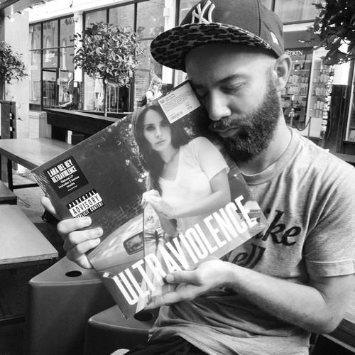 Woodkid przytulający płytę winylową Lany Del Rey - Ultraviolence