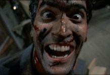 Mężczyzna uśmiechający się do kamery z twarzą całą we krwii