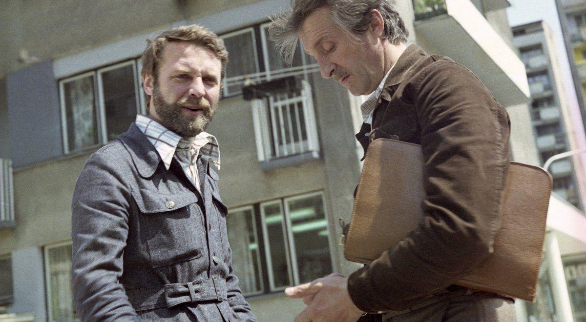 Dwóch mężczyzn na tle bloku