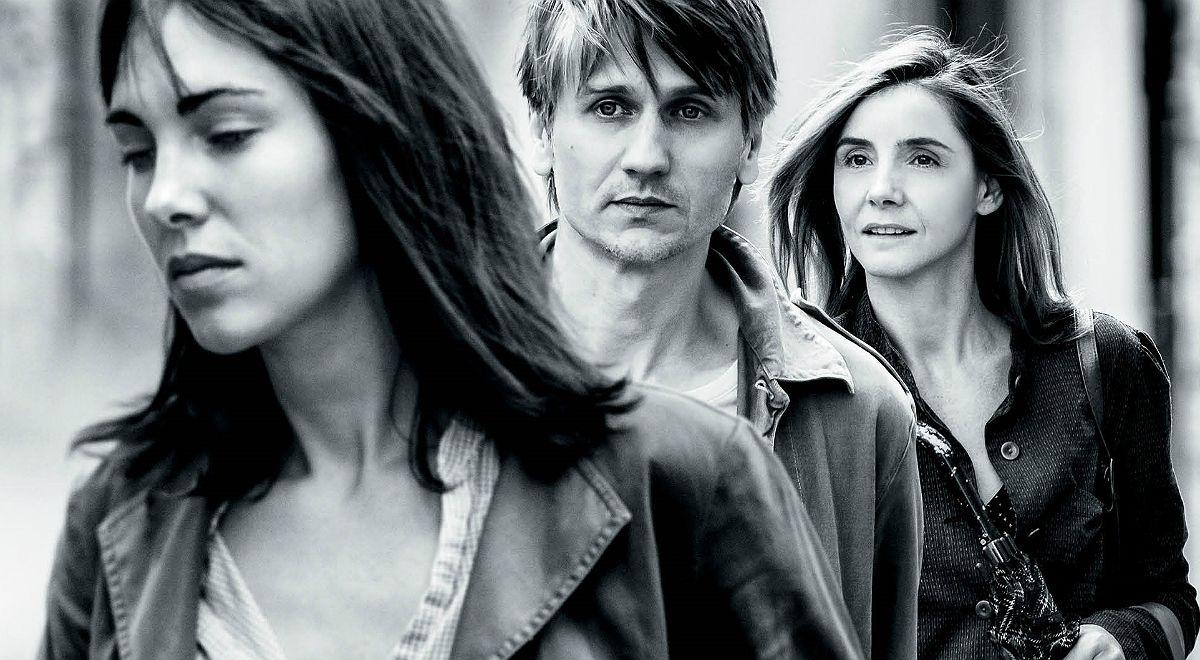 Czarno-białe zdjęcie mężczyzny i dwóch kobiet