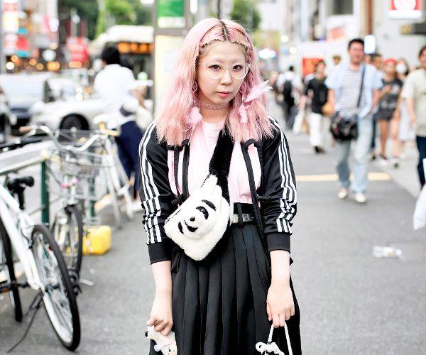 kobieta w różowych włosach ubrana na czarno-białoportret kobiety w różowych krótkich włosach