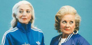 Dwie starsze kobiety ubrane w dresy z włóczką i szydełkami w ręku
