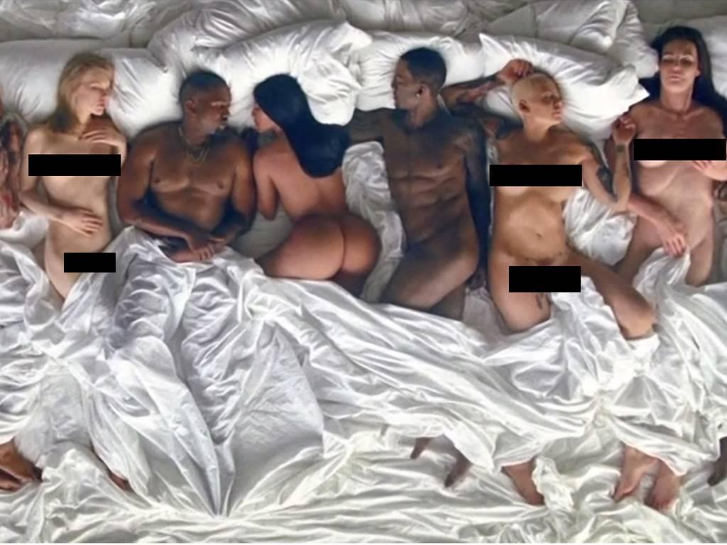 Grupa nagich ludzi w wielkim łóżku