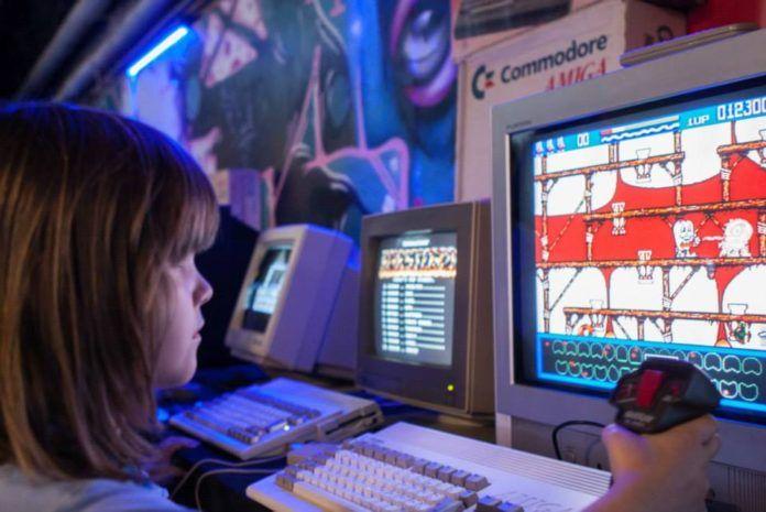 dziewczynka grająca w starą grę na festiwalu Pixel Heaven