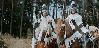 Mężczyźni ubrani w zbroję siedzacy na koniach