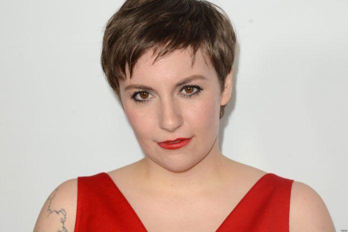 Kobieta z krótkimi włosami w czerwonej sukience