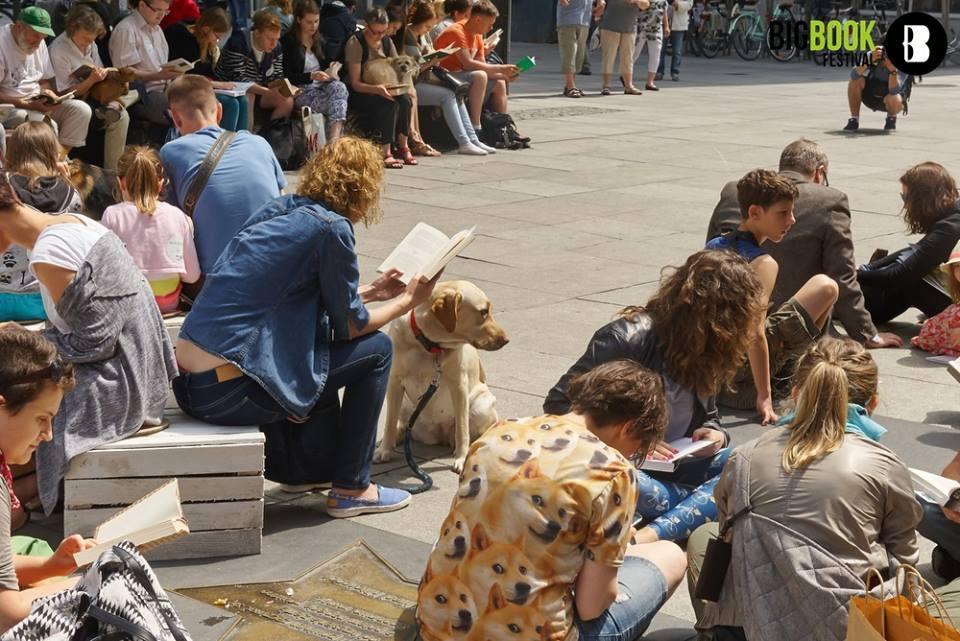 Różni ludzie czytający książki na ulicy