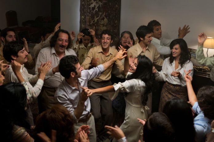 tańczący ludzie w filmie