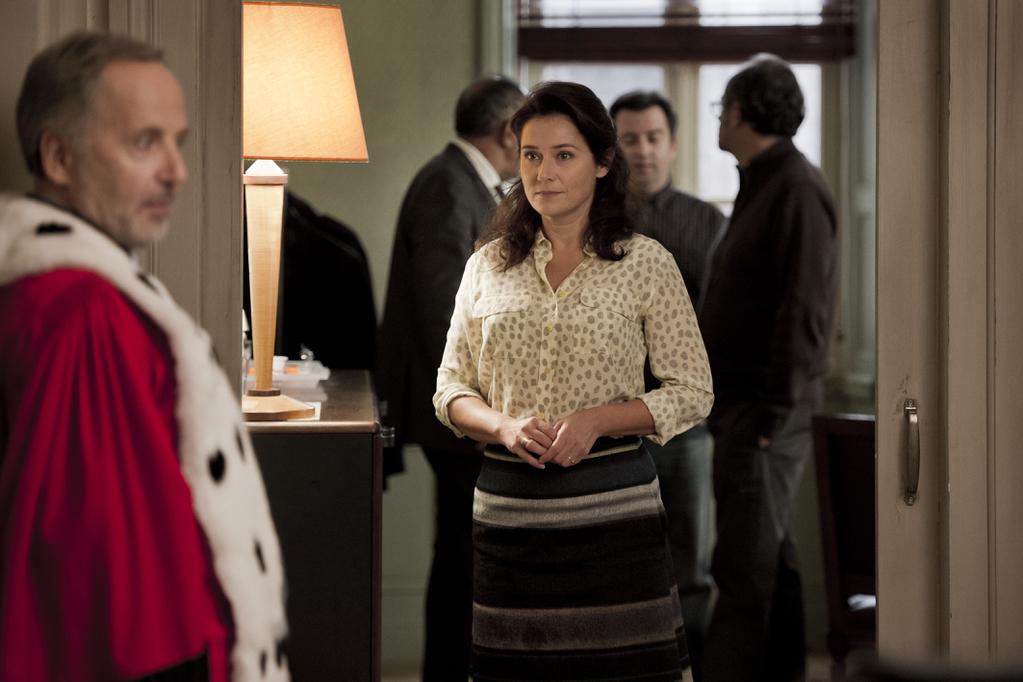 Kobieta w jasnej bluzce patrzy na mężczyzne w stroju sędziego