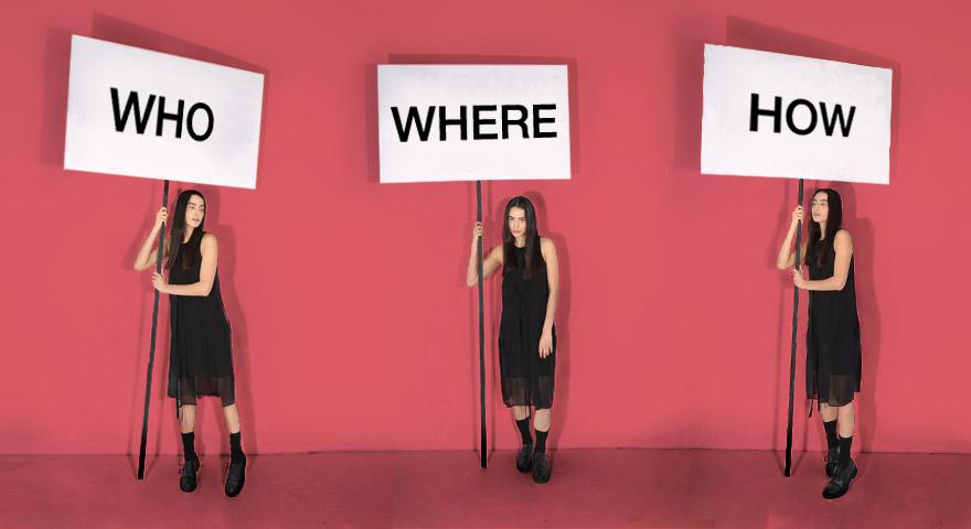 Trzy ubrane na czarno kobiety z transparentami na tle różowej ściany