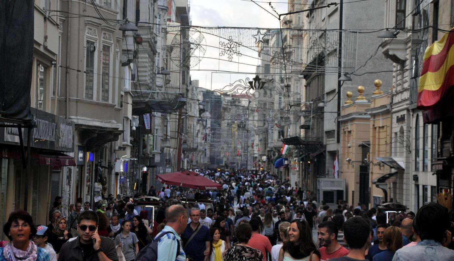 Ulica w Hiszpanii pełna ludzi