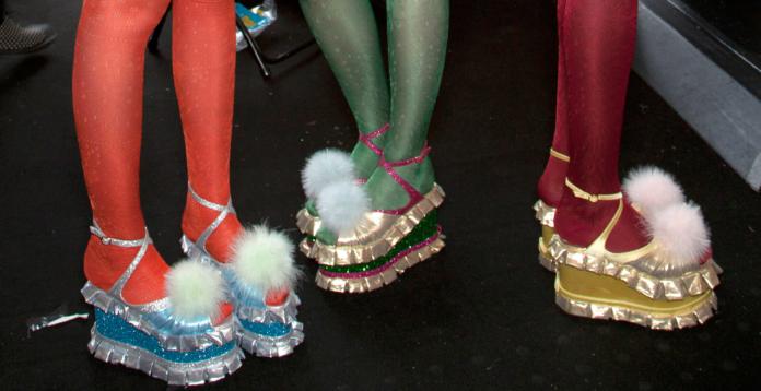 Nogi w kolorowych rajstopach i butach z futerkiem