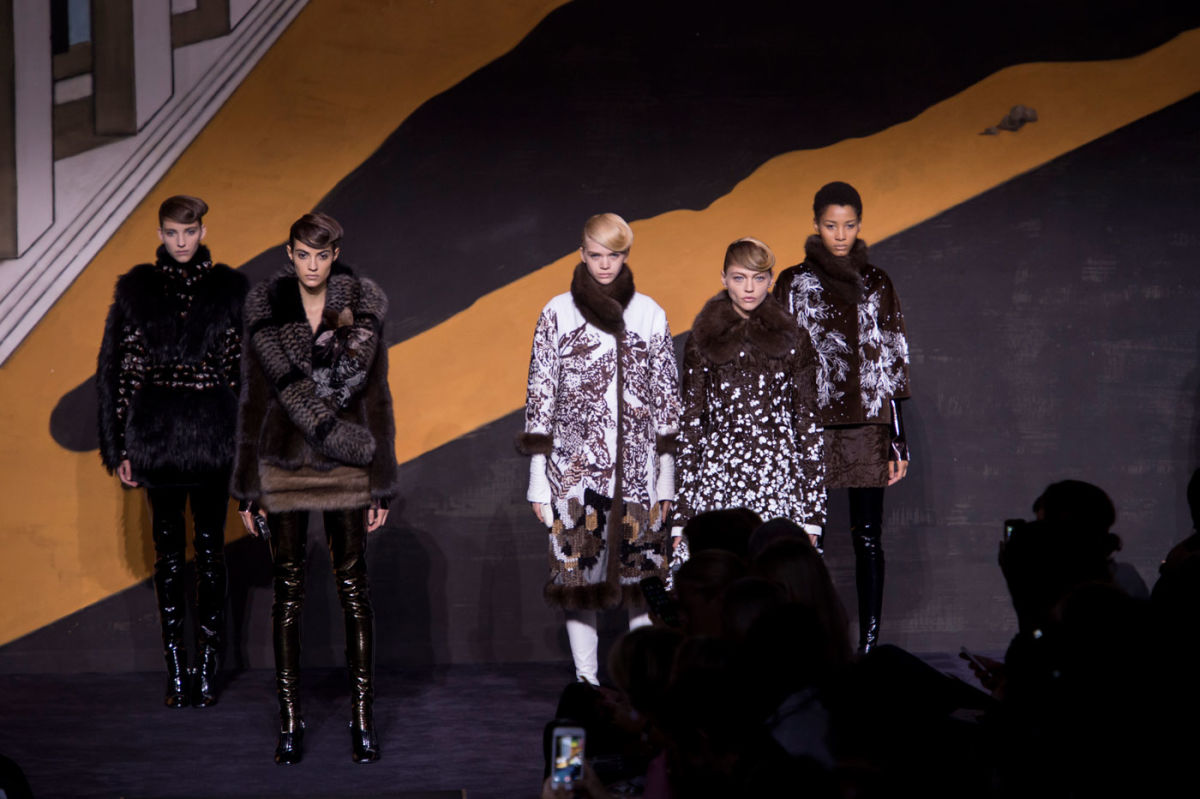 Cztery modelki w białym i brązowych futrach