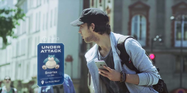 Chłopak z telefonem w czapce i jasnej koszuli gra w pokemon go