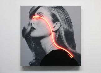 Kobieta z długimi włosami i pomarańczowym światełkiem na twarzy