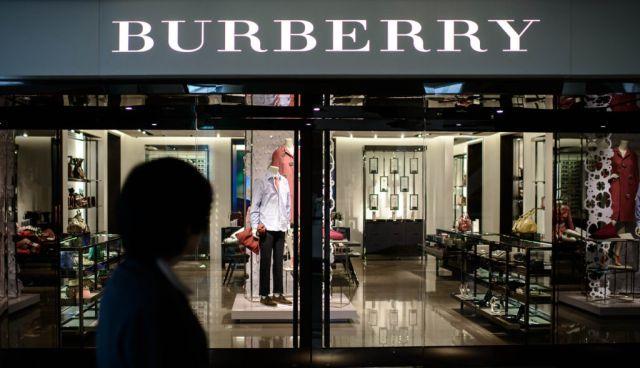 Witryna sklepu Burberry widziana z ulicy
