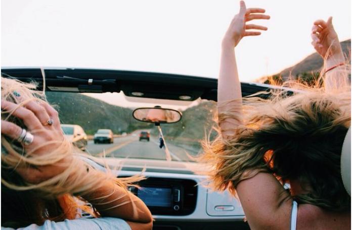 Dziewczyny jadące samochodem z odkrytym dachem