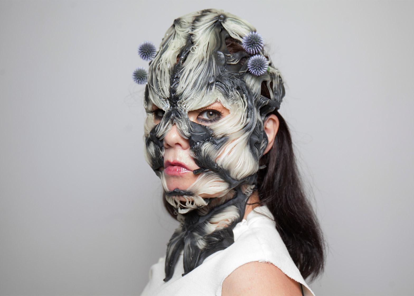 Brunetka w szarobiałej masce na twarzy