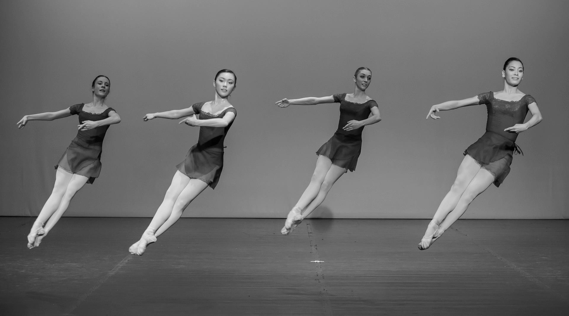 Czarno-białe baletnice w tańcu