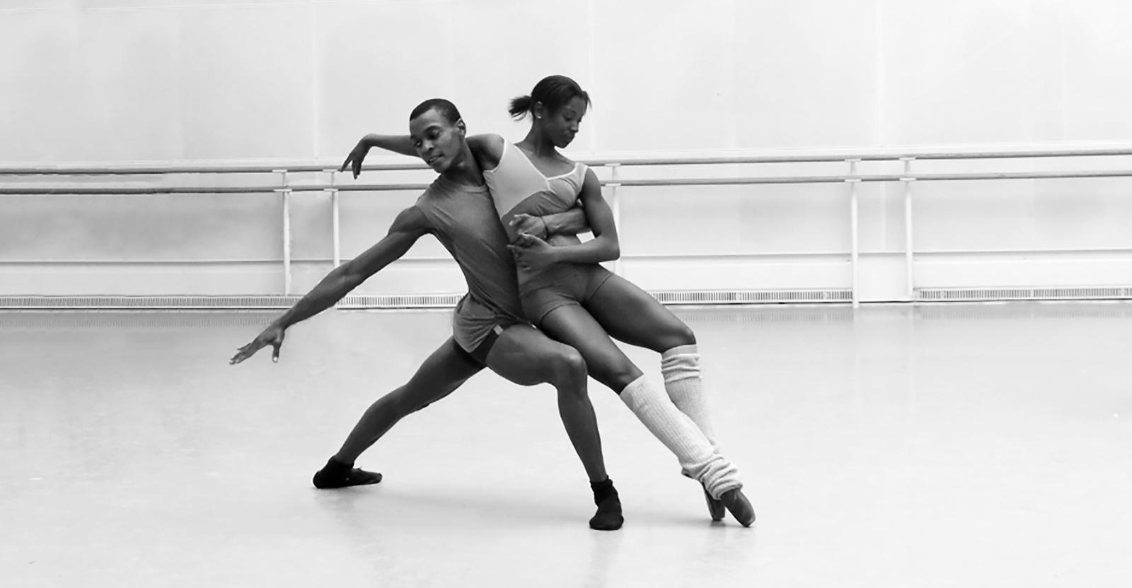 Czarnoskóry mężczyzna i kobieta w pozie baletowej