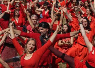Grupa mężczyzn i kobiet ubranych w czerwone sukienki