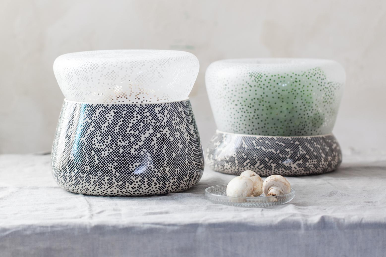 Dwa szaro-biało-zielone designerskie pojemniczki
