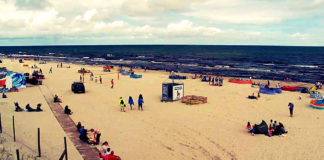 Morze, piasek, ludzie i parawany